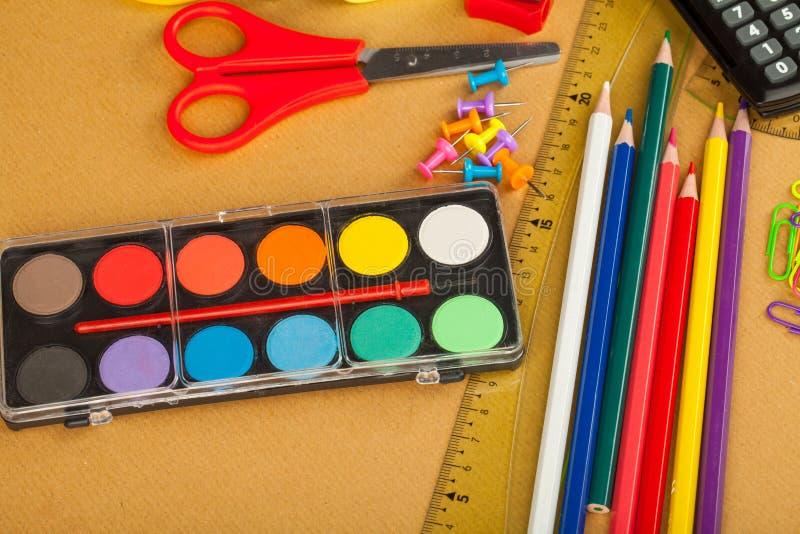 Χρωματισμένες σχολικές προμήθειες στοκ φωτογραφίες