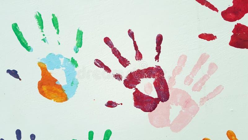 Χρωματισμένες τυπωμένες ύλες των φοινικών παιδιών και ενηλίκων στο άσπρο υπόβαθρο στοκ φωτογραφία