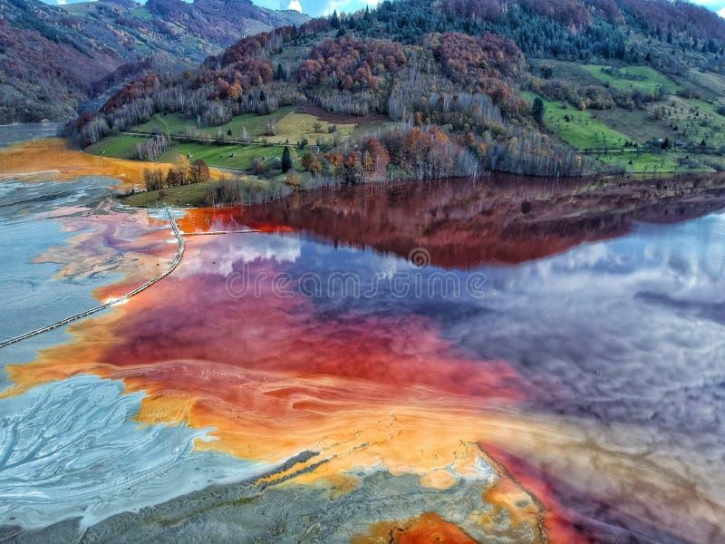 Χρωματισμένη λίμνη λόγω της ρύπανσης με τα μέταλλα στοκ εικόνα