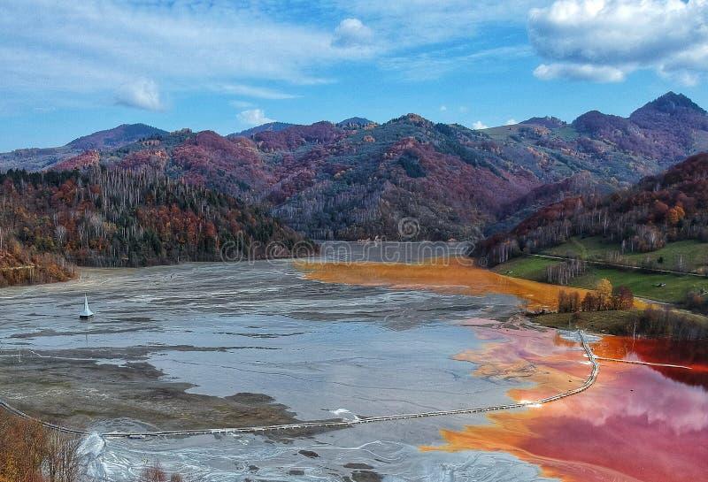 Χρωματισμένη λίμνη λόγω της ρύπανσης με τα μέταλλα στοκ εικόνες