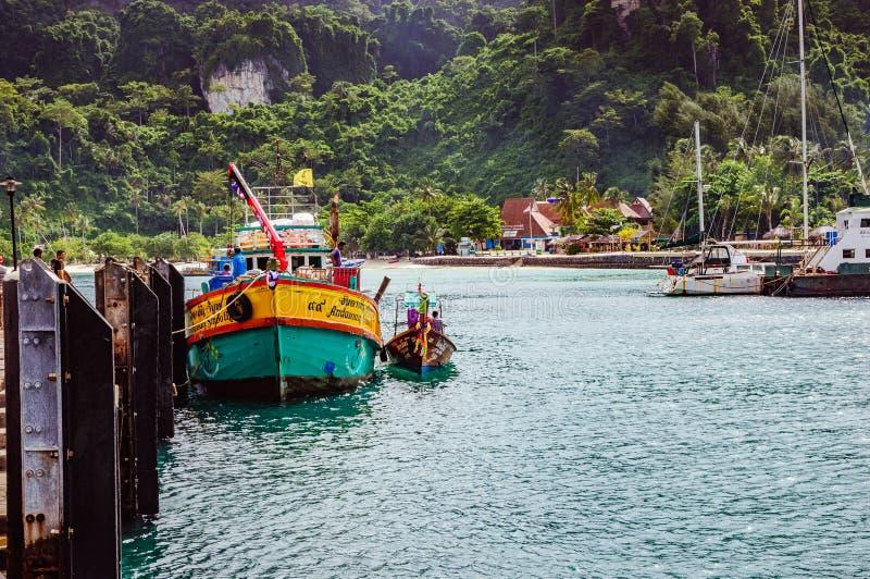 Χρωματισμένη μικρή βάρκα κοντά στην αποβάθρα Phi Phi στο νησί στην Ταϊλάνδη στοκ φωτογραφία