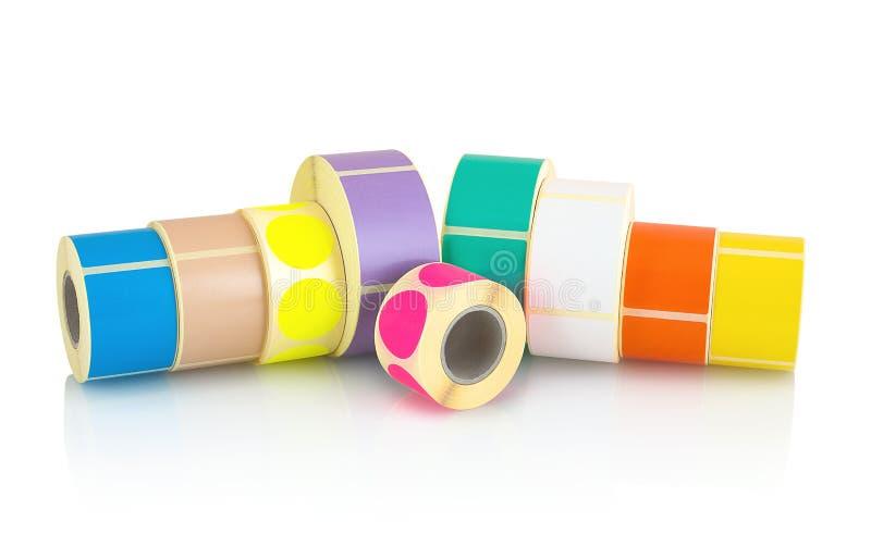 Χρωματισμένοι ρόλοι ετικετών που απομονώνονται στο άσπρο υπόβαθρο με την αντανάκλαση σκιών Εξέλικτρα χρώματος των ετικετών για το στοκ φωτογραφίες με δικαίωμα ελεύθερης χρήσης