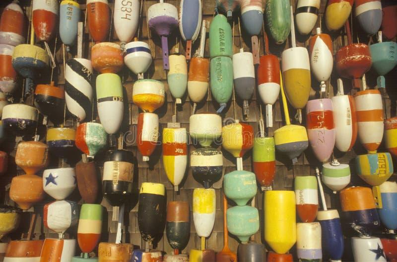 Χρωματισμένοι σημαντήρες που κρεμούν από τον τοίχο στοκ εικόνες