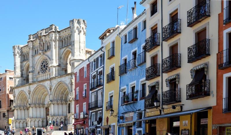 Χρωματισμένοι σπίτια και καθεδρικός ναός στοκ εικόνα με δικαίωμα ελεύθερης χρήσης