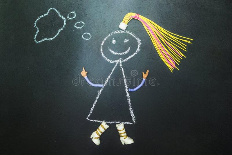 Χρωματισμένος με την κιμωλία ο χαρακτήρας σκέφτεται σε έναν πίνακα ελεύθερη απεικόνιση δικαιώματος