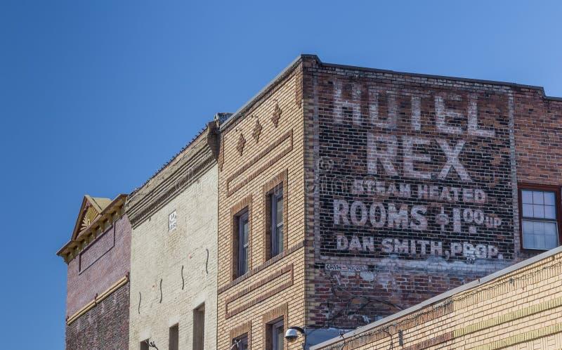 Χρωματισμένος προσθέστε στον τοίχο ενός ξενοδοχείου σε Truckee στοκ εικόνες με δικαίωμα ελεύθερης χρήσης