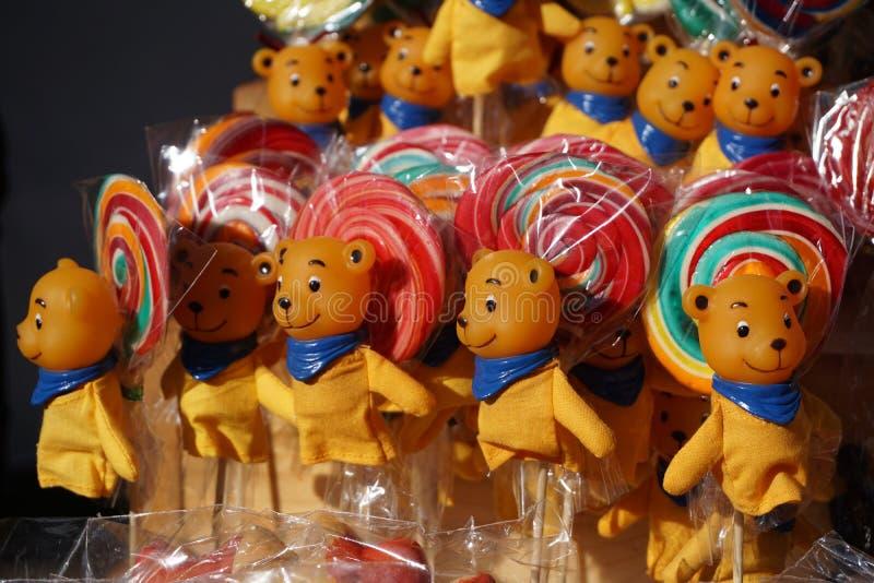Χρωματισμένος lollipops με τις teddy αρκούδες στοκ φωτογραφίες