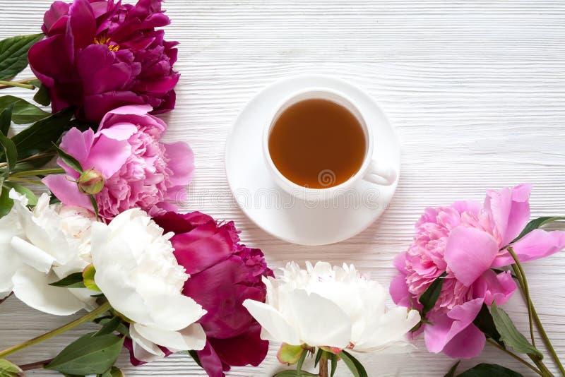 Χρωματισμένος peonies και τσάι στοκ φωτογραφία