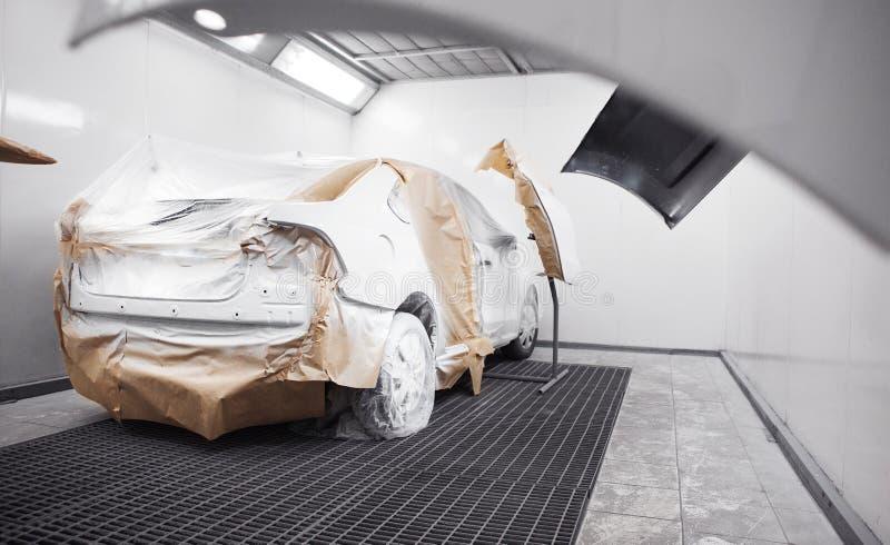Χρωματισμένο άσπρο αυτοκίνητο στη ζωγραφική της αίθουσας Ξεραίνοντας αυτοκίνητο μετά από τον ψεκασμό στοκ φωτογραφία με δικαίωμα ελεύθερης χρήσης
