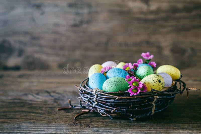 χρωματισμένο ανασκόπηση Πάσχας αυγών eps8 διάνυσμα τουλιπών μορφής κόκκινο Φωτεινά ζωηρόχρωμα αυγά στη φωλιά με τα λουλούδια άνοι στοκ εικόνες