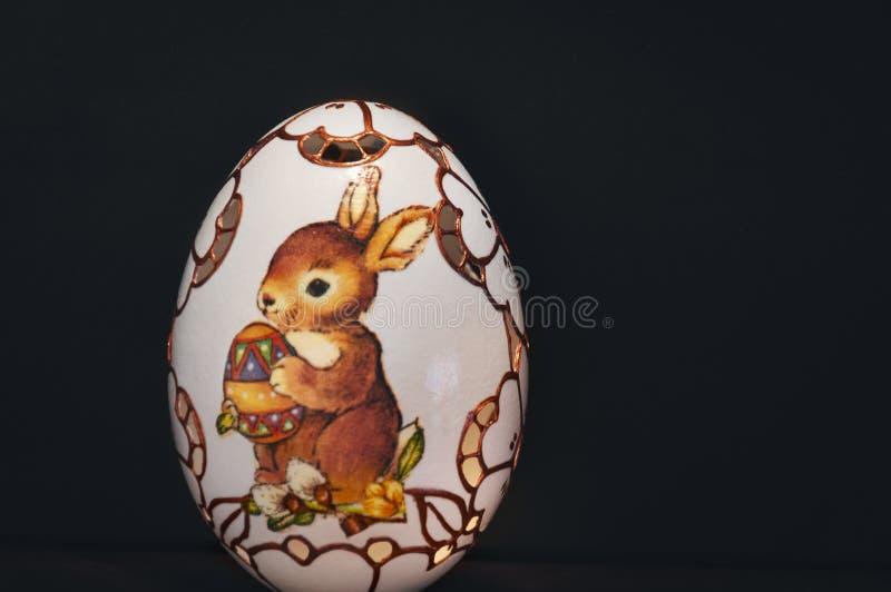 Χρωματισμένο και χαρασμένο αυγό Πάσχας στο μαύρο υπόβαθρο στοκ εικόνες