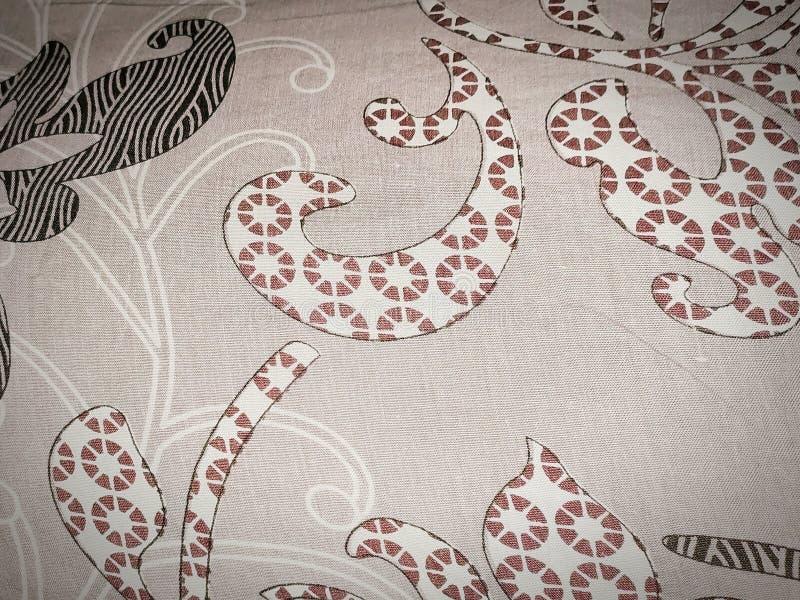 Χρωματισμένο κατασκευασμένο ύφασμα κρεβατιών με το άσπρο και καφετί χρώμα στοκ εικόνες
