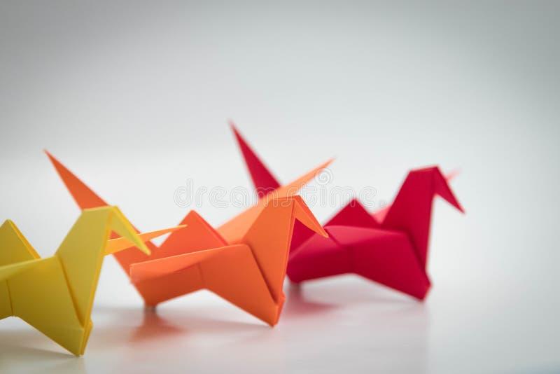 Χρωματισμένο κόκκινο κίτρινο πορτοκαλί τρίο 3 πουλιών origami στοκ φωτογραφία με δικαίωμα ελεύθερης χρήσης