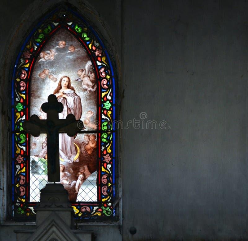 Χρωματισμένο λεκιασμένο εκκλησία παράθυρο γυαλιού με την εικόνα του σκώρου του Θεού στοκ εικόνες με δικαίωμα ελεύθερης χρήσης