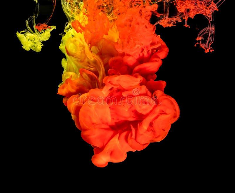 Χρωματισμένο μελάνι στο νερό που δημιουργεί την αφηρημένη μορφή στοκ εικόνες