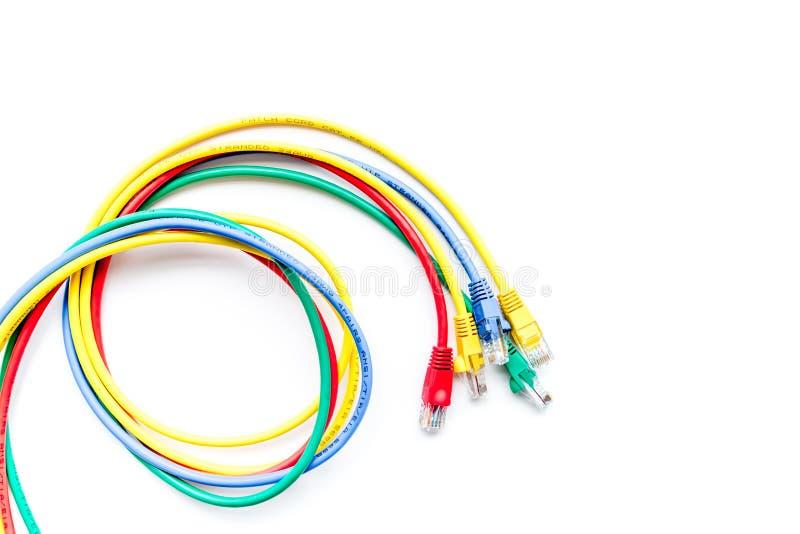 Χρωματισμένο μπάλωμα-σκοινί στην άσπρη τοπ άποψη υποβάθρου copyspace στοκ εικόνες