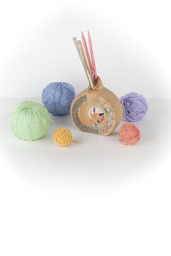 Χρωματισμένο νήμα σε ένα άσπρο υπόβαθρο Νηματοδέματα του νήματος μαλλιού για το πλέξιμο Σφαίρες του μαλλιού με τα spokes των διαφ στοκ εικόνες