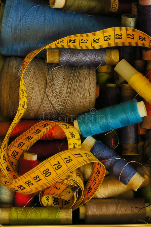 Χρωματισμένο νήμα στο κιβώτιο, ράψιμο στοκ εικόνες