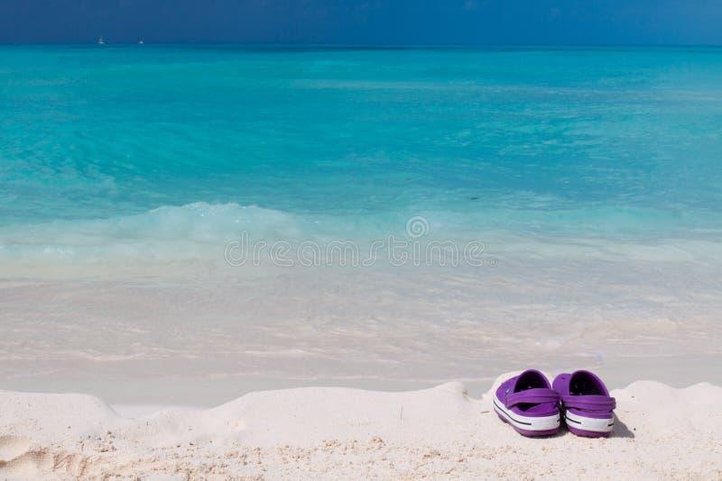 χρωματισμένο παραλία λευκό σανδαλιών άμμου ζευγαριού στοκ εικόνες με δικαίωμα ελεύθερης χρήσης