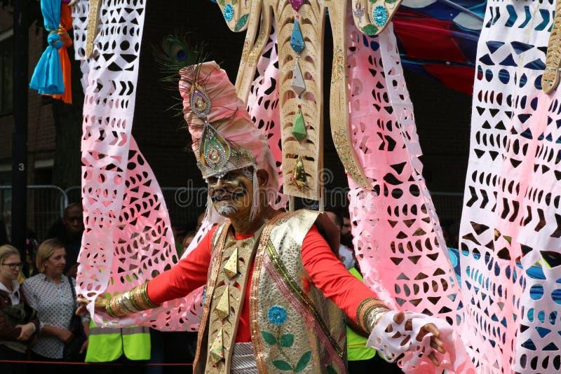 Χρωματισμένο περπάτημα ατόμων εκτελεστών καρναβαλιού Νότινγκ Χιλ πρόσωπο στοκ εικόνες με δικαίωμα ελεύθερης χρήσης