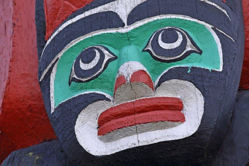 Χρωματισμένο τελετουργικό πρόσωπο ως τεμάχιο του πόλου τοτέμ στοκ εικόνες με δικαίωμα ελεύθερης χρήσης