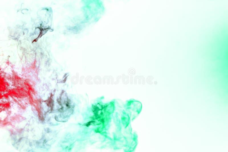 Χρωματισμένο υπόβαθρο με το τύλιγμα των σύννεφων καπνού από τα σχέδια των διαφορετικών μορφών κόκκινων, πράσινων χρωμάτων με τις  στοκ φωτογραφία