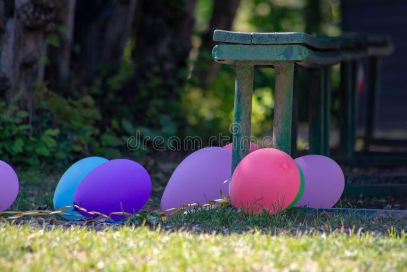 Χρωματισμένο υπόβαθρο, φωτογραφία των ζωηρόχρωμων μπαλονιών που χρησιμοποιούνται για τα γενέθλια και τα κόμματα που δίνουν μια εο στοκ φωτογραφίες