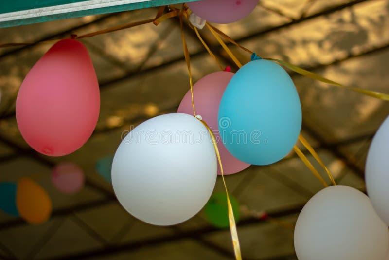 Χρωματισμένο υπόβαθρο, φωτογραφία των ζωηρόχρωμων μπαλονιών που χρησιμοποιούνται για τα γενέθλια και τα κόμματα που δίνουν μια εο στοκ εικόνα με δικαίωμα ελεύθερης χρήσης