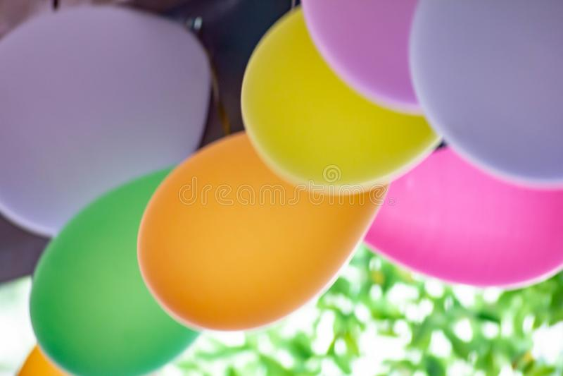 Χρωματισμένο υπόβαθρο, φωτογραφία των ζωηρόχρωμων μπαλονιών που χρησιμοποιούνται για τα γενέθλια και τα κόμματα που δίνουν μια εο στοκ φωτογραφίες με δικαίωμα ελεύθερης χρήσης