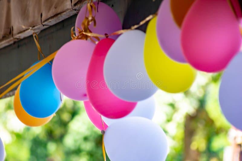 Χρωματισμένο υπόβαθρο, φωτογραφία των ζωηρόχρωμων μπαλονιών που χρησιμοποιούνται για τα γενέθλια και τα κόμματα που δίνουν μια εο στοκ φωτογραφία με δικαίωμα ελεύθερης χρήσης