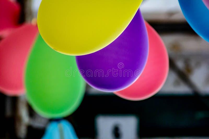 Χρωματισμένο υπόβαθρο, φωτογραφία των ζωηρόχρωμων μπαλονιών που χρησιμοποιούνται για τα γενέθλια και τα κόμματα που δίνουν μια εο στοκ εικόνες