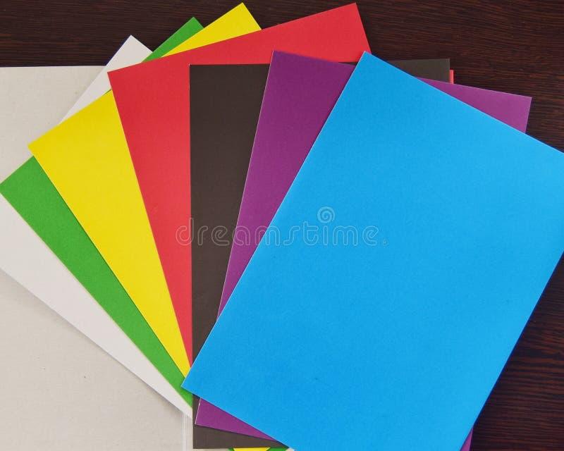 Χρωματισμένο χαρτόνι σε ένα σκοτεινό υπόβαθρο στοκ φωτογραφία με δικαίωμα ελεύθερης χρήσης