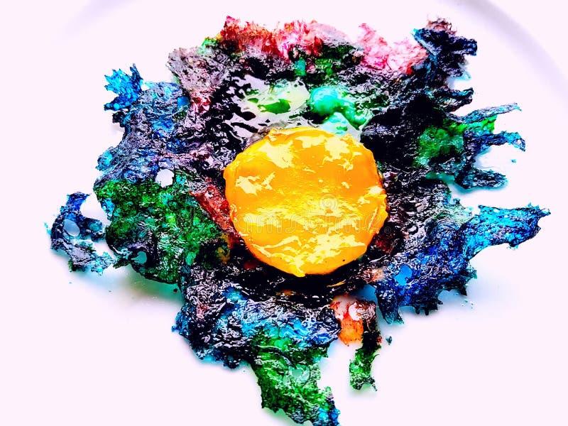 Χρωματισμένο όμορφο τηγανισμένο αυγό στοκ φωτογραφία