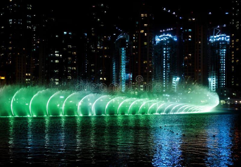 χρωματισμένο ύδωρ νύχτας πηγών στοκ φωτογραφίες με δικαίωμα ελεύθερης χρήσης