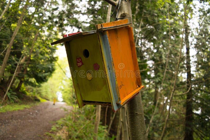 Χρωματισμένο Birdhouse στο ξύλο στοκ φωτογραφία