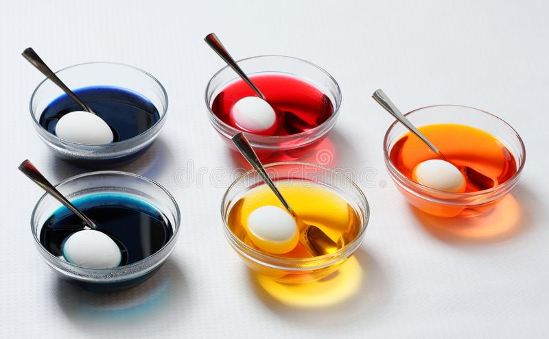 Χρωματισμός αυγών Πάσχας στοκ φωτογραφία με δικαίωμα ελεύθερης χρήσης
