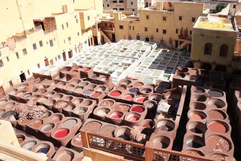 Χρωματισμός του δέρματος σε έναν παραδοσιακό φλοιό, Fes, Μαρόκο στοκ φωτογραφία με δικαίωμα ελεύθερης χρήσης