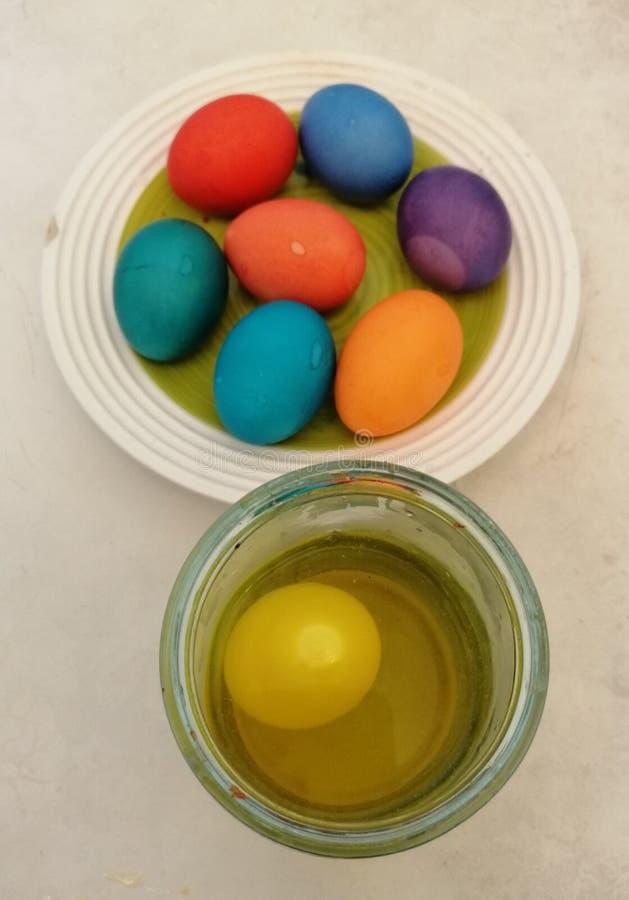 Χρωματισμός των αυγών Πάσχας στοκ εικόνες με δικαίωμα ελεύθερης χρήσης
