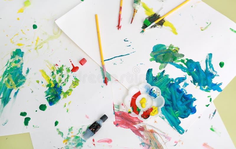 Χρωματισμός φόντου κατά πινέλο ζωγραφικής και χρώματα νερού στο χαρτί Έννοια δραστηριοτήτων για παιδιά στοκ φωτογραφίες με δικαίωμα ελεύθερης χρήσης