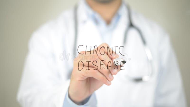 Χρόνια αρρώστια, γιατρός που γράφουν στη διαφανή οθόνη στοκ εικόνες με δικαίωμα ελεύθερης χρήσης