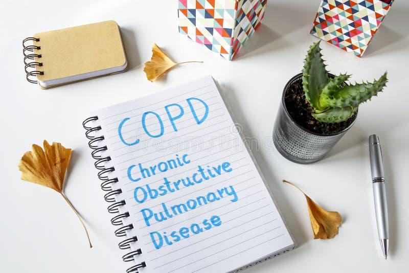Χρόνια παρεμποδιστική πνευμονική πάθηση COPD που γράφεται στο σημειωματάριο στοκ εικόνα