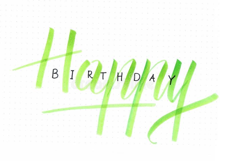 ` Χρόνια πολλά γράφοντας κάρτα χεριών ` για ένα δώρο γενεθλίων σε πράσινο ελεύθερη απεικόνιση δικαιώματος