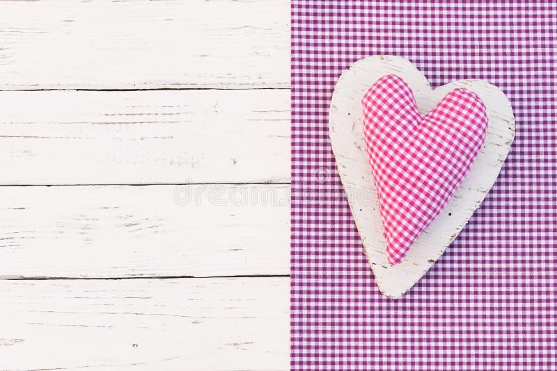 Χρόνια πολλά ευχετήρια κάρτα με τη ρόδινη ελεγχμένη καρδιά στοκ φωτογραφία με δικαίωμα ελεύθερης χρήσης