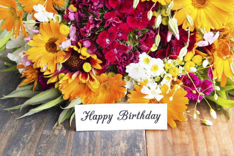 Χρόνια πολλά κάρτα με τα λουλούδια ανοίξεων στοκ φωτογραφίες με δικαίωμα ελεύθερης χρήσης