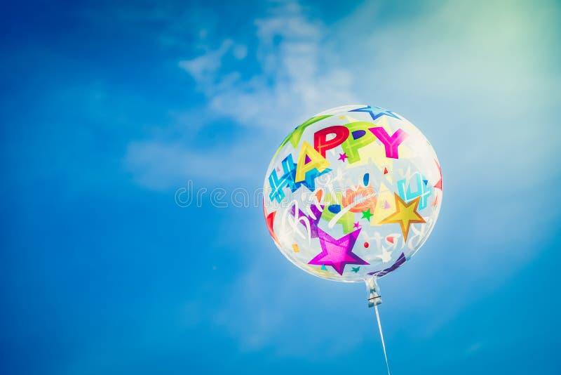 Χρόνια πολλά Ballon στο υπόβαθρο ουρανού στοκ εικόνα με δικαίωμα ελεύθερης χρήσης