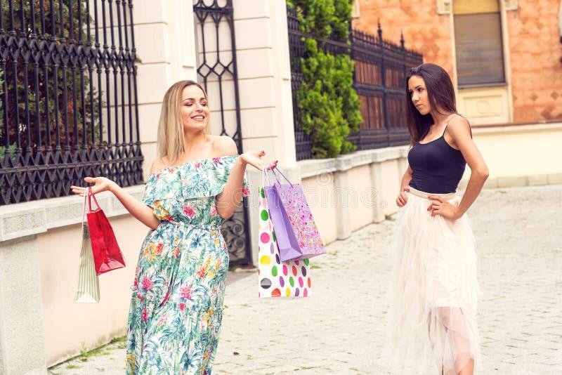 Χρόνος αγορών - ζηλότυπα κορίτσια που ψωνίζουν και να υποστηρίξει στοκ εικόνες