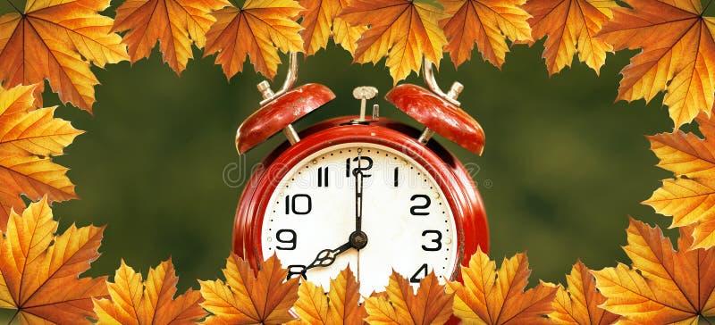 Χρόνος αποταμίευσης φωτός της ημέρας το φθινόπωρο - έμβλημα Ιστού στοκ φωτογραφίες με δικαίωμα ελεύθερης χρήσης