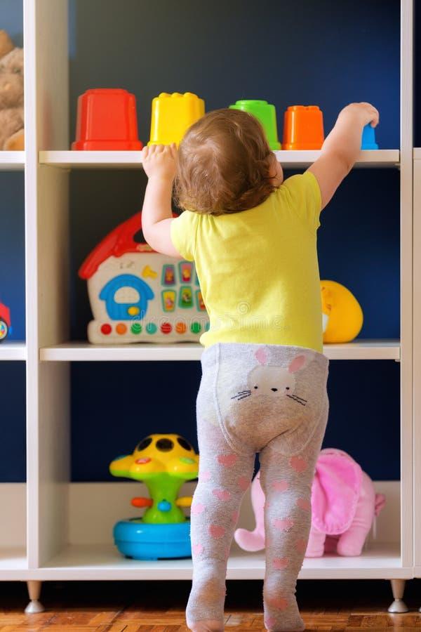 Χρόνος για τα πρώτα παιχνίδια στην παιδική ηλικία στοκ εικόνα