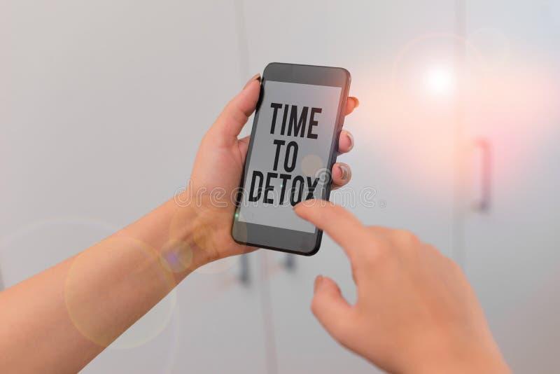 Χρόνος για την αποτοξίνωση κειμένου κατά τη γραφή του Word Επιχειρηματική ιδέα για τη στιγμή της δίαιτας Διατροφική υγεία Γυναίκα στοκ φωτογραφίες με δικαίωμα ελεύθερης χρήσης