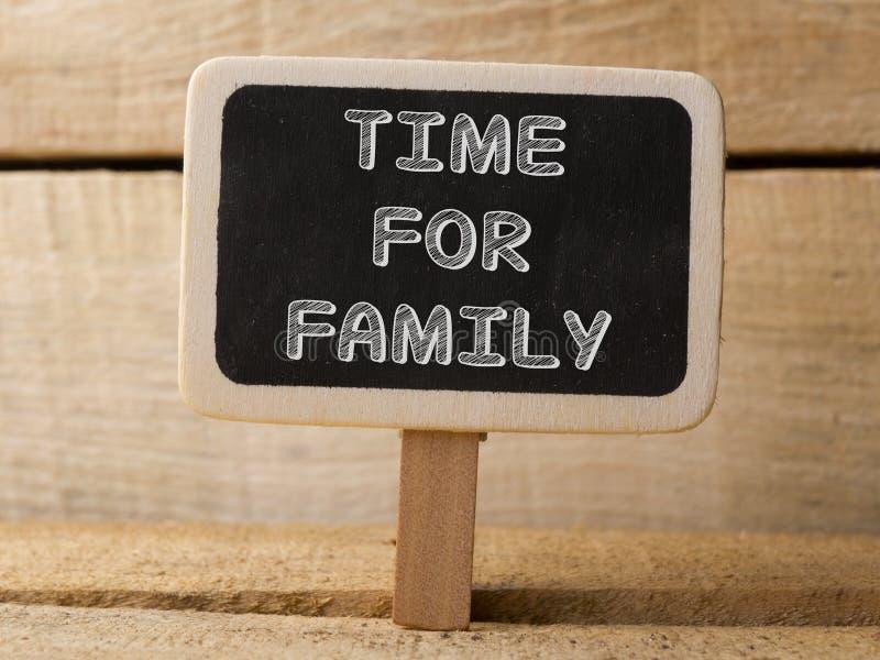 Χρόνος για το ξύλινο σημάδι οικογενειακής έννοιας στο ξύλινο υπόβαθρο στοκ εικόνες